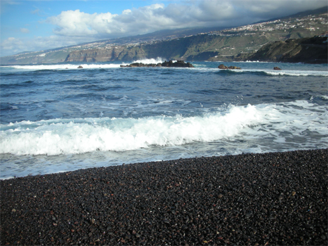 picture of the black stony beach in Puerto de la Cruz